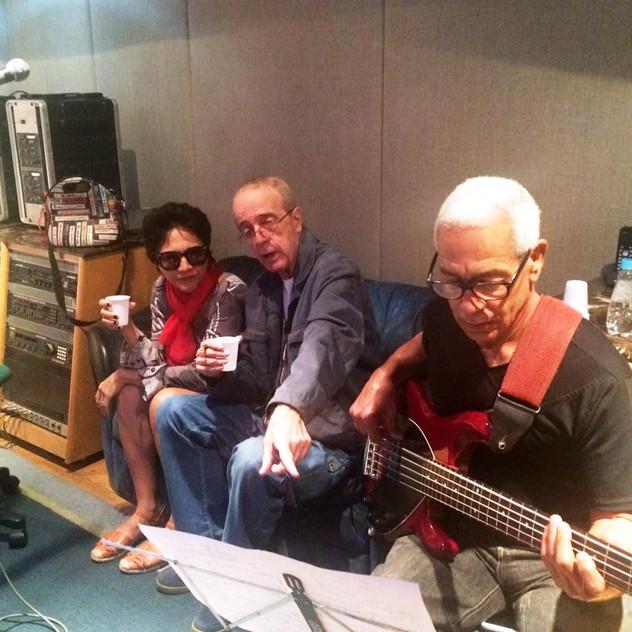 Valéria Oliveira, o maestro Rildo Hora e o baixista Jamil Joanes, no estúdio Companhia dos Técnicos, em Copacabana.
