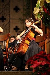 女儿拉大提琴.jpg