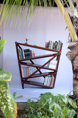 Estante de livros inclinada (5).jpg