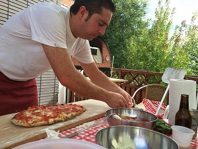 Pizzero en pizza party cumpleaños