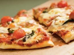 Pizza margherita en horno de leña