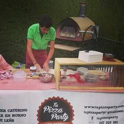 Preparando pizza en fiesta