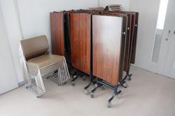 研修室 机・椅子