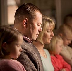 family-prayer-790193-wallpaper.jpg