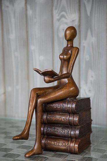 Petite lectrice sur livres bronze à la cire perdue