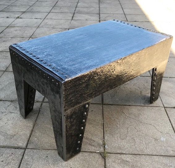Petite table basse métal riveté