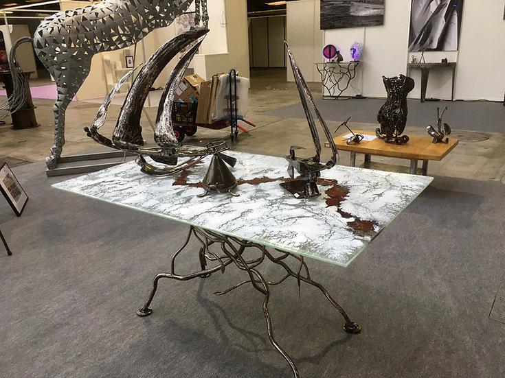 Table à manger plateau verre fusin & pied en racines métal forgé