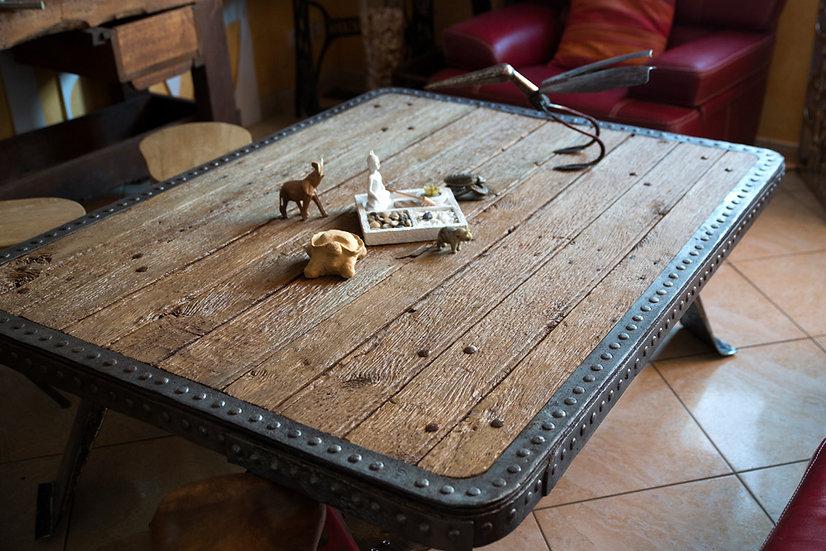 Grande table basse métal riveté et plateau de chêne recyclés