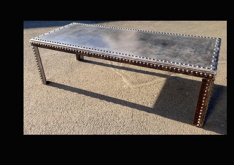 Table à manger monumentale en métal riveté d'époque recyclé