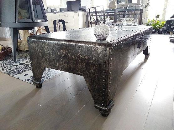Table basse en métal riveté d'époque avec 2 tiroirs