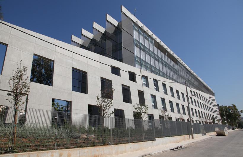 Οπτική του κτιρίου από τις γραμμές