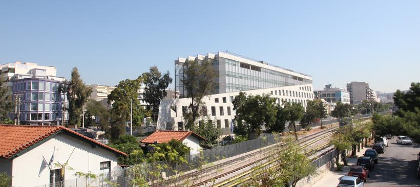 Οπτική του κτιρίου από τον σταθμό