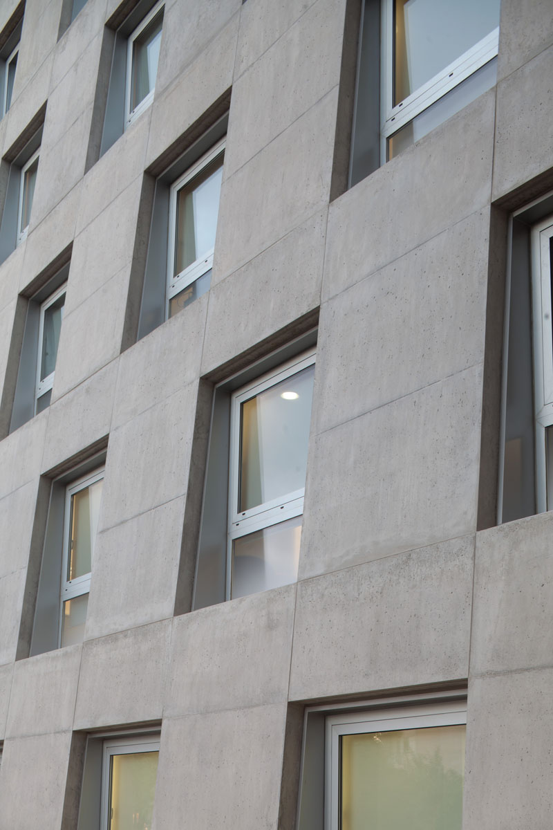 Λεπτομέρεια επικλινή τοίχου με παράθ
