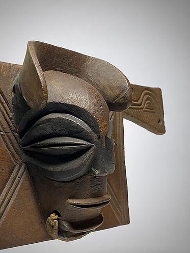 Chokwe royal chair emblem 3.jpg
