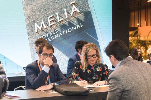 Reportaje fotográfico en el stand del Hotel Melia durante dos días de Fitur 2018. Fotografía de stand, reuniones, entrevistas...