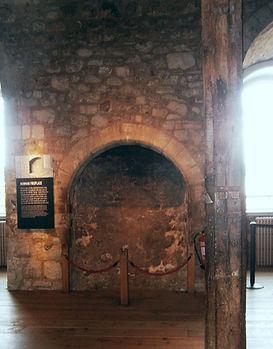 один из четырех древнейших в Англии стенных каминов
