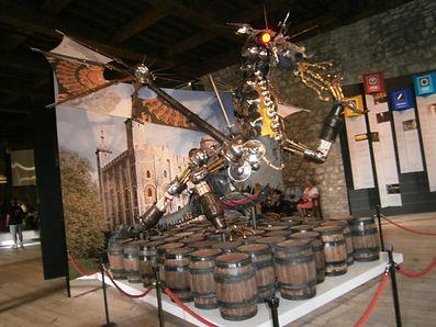 Антивоенная инсталляция в Тауэре , Белая Башня, современное искусство в замке
