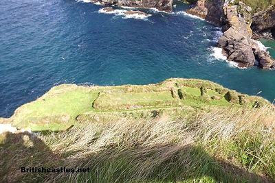 останки строений на склонах острова Тинтаджел