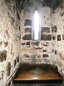 В средневековом замке отхожие места были встроены в стены.