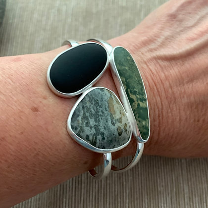 Along the Green :: Three Clustered 5 Beach Stone Cuff