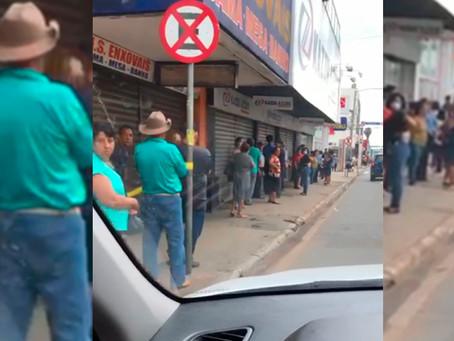 Pessoas se aglomeram em filas na porta de agências bancárias e lotéricas