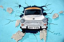 Auto durch Wand Graffiti
