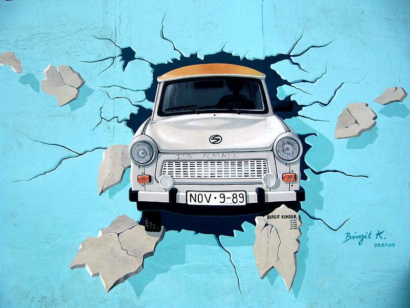 Carro através da parede Graffiti