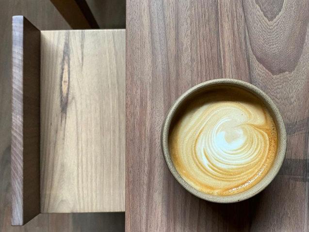 espresso s/d________ s/.7  macchiato__________ s/.8  cortado_____________ s/.8  americano__________ s/.8  cappuccino_________ s/.9  latte________________ s/.9  flat white____________ s/.9  iced americano_____ s/.10  iced latte___________ s/.11  cold brew__________ s/.15  infusión_____________ s/.8  leche almendras____+s/.3