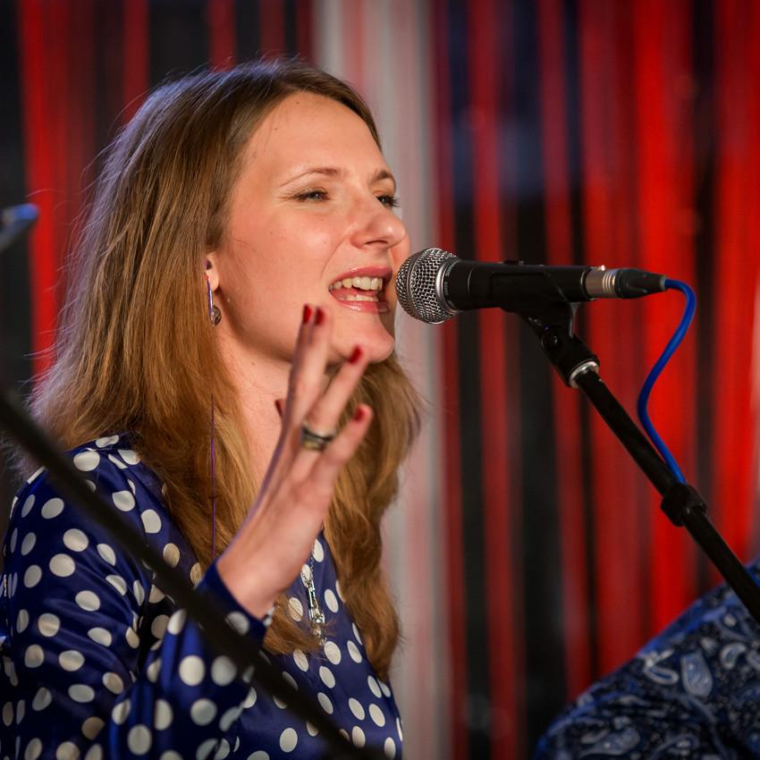 Анна Савцова на концерте в Некафе