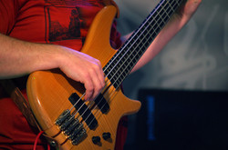 Басист на бас гитаре