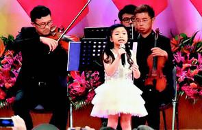 七歲小巨肺國慶酒會三語獻唱 7-year-old Celine Tam performs in 3 languages on National Day