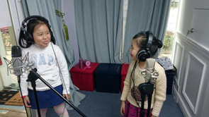 為什麼在錄音室唱歌要戴耳機? Why put on earphones when singing at the studio?