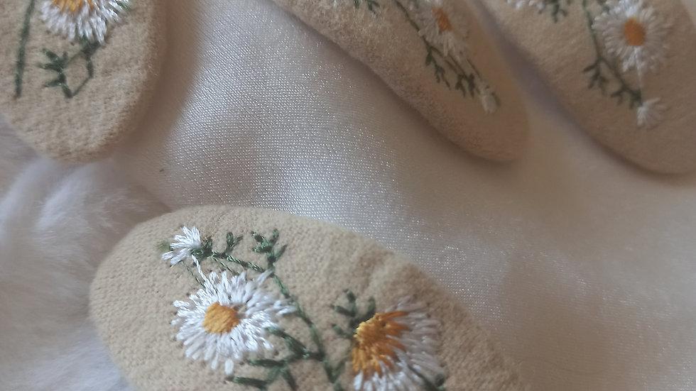 Daisy embroidered hair clip
