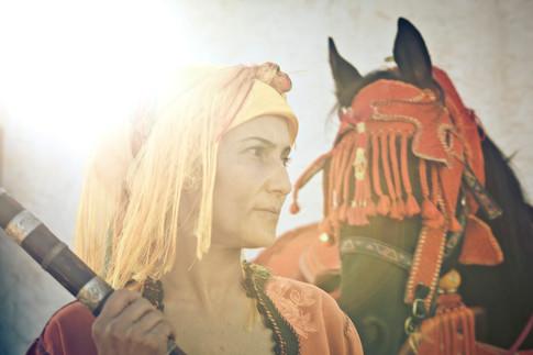 A la découverte de la Fantasia Féminine Le voyage a commencé au Maroc parmi les femmes et leurs chevaux, au cœur d'un univers d'habitude masculin, mais où la fierté féminine vibre sous les habits brodés et où la pureté se mélange à l'ostentatoire. Le panache et le courage éclairent les visages de ces femmes, conscientes d'être des pionnières. Je découvre avec fascination ce folklore qui fut jadis une technique martiale d'assaut.