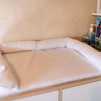 משטח החתלה לשידה עם כיס אחסון - לבן שלג