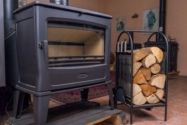 מעצב עצי הסקה ליד תנור - אוגד חום