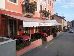 L'esterno dell'Hotel Alpi