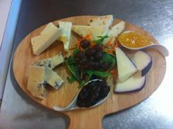 tagliere di formaggi con salsa di accompagnamento