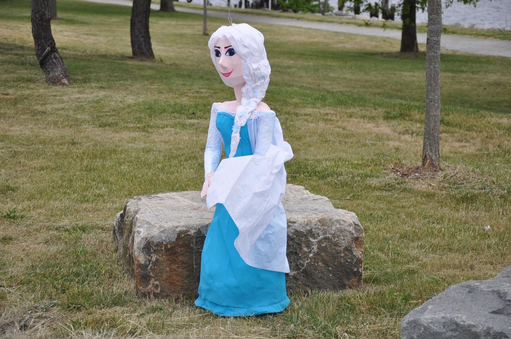 The pretty Elsa pinata