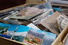 cartes postales dans un carton