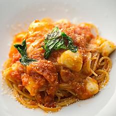 モッツァレラチーズとフレッシュトマトのトマトソースパスタ