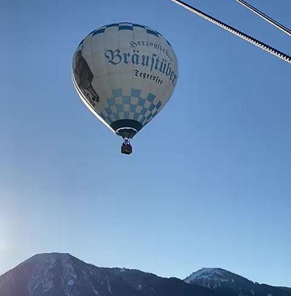 Der Heißluftballon fliegt über die Berge