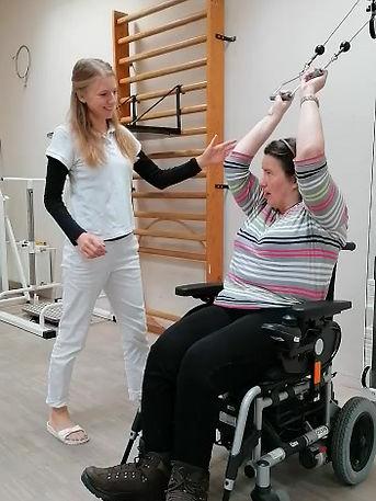 Christine trainiert ihre Arme