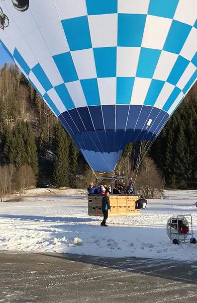 Der Ballon hebt mit seinen Passagieren ab