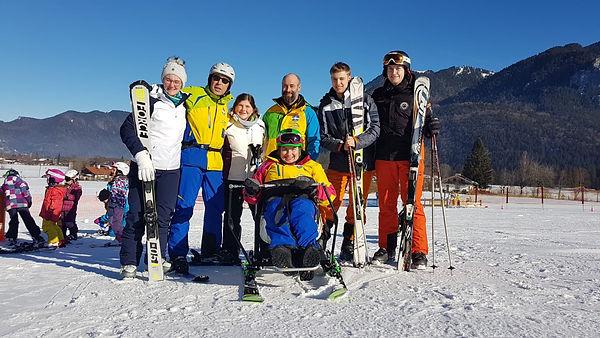 Christine mit den Freunden Sonja, Janina, Lars und Paul und von der Skischule Tegernsee sind Thomas Luger und Stephan Eder auf dem Bild