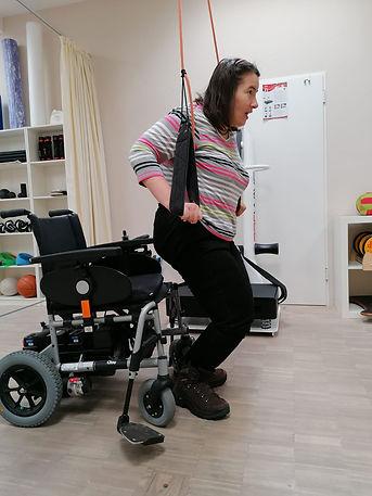 Christine stellt sich durch Armhilfen auf die Füße