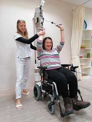 Christine und eine Mitarbeiterin beim Rückentraining