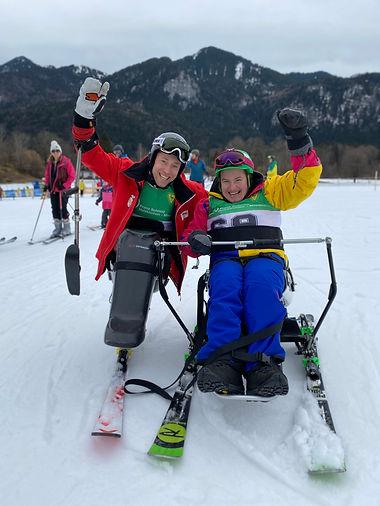 """Christine und Georg mit ihren """"Skiern"""""""