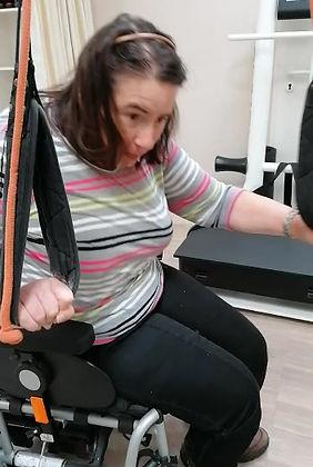 Christine kann sich von ihrem Rollstuhl aufstellen dank Armhilfen