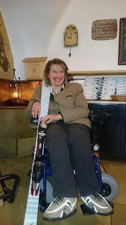 Christine grinst, sie hält ein Bräustüberl Ski in den Arm im Bräustüberl Tegernsee